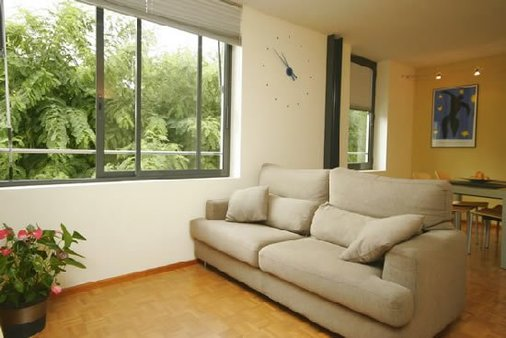 Living room: Sofa/sleeping couch and view on a quiet green courtyard, an oasis of tranquility.