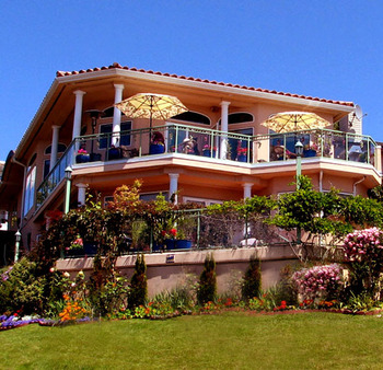 Ocean View Executive Home: Huge balconies,hot tub and lap pool.