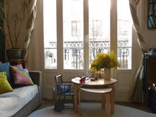 Le salon, côté fenêtre / Living room, street side