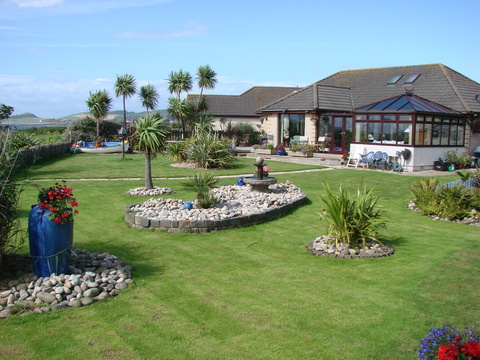 Garden and house facing the sea