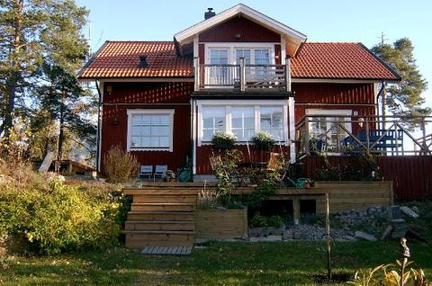 Traditional Swedish wooden house: This is our home - modern with 4 bedrooms, 2 bathrooms, a combined livingroom/kitchen, and of course - a sauna. We have a large deck with outdoor furniture and a yard - good for relaxing and/or playing.