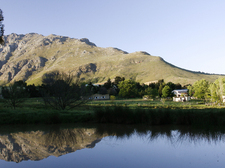 Rozendal_Guesthouse_panoramic_view_of_Stellenbosch_mountains.JPG
