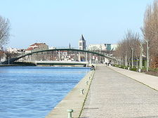 280px-SAINT-DENIS_-_Canal_St_Denis,_Pont_Tournant_&_Basilique.JPG